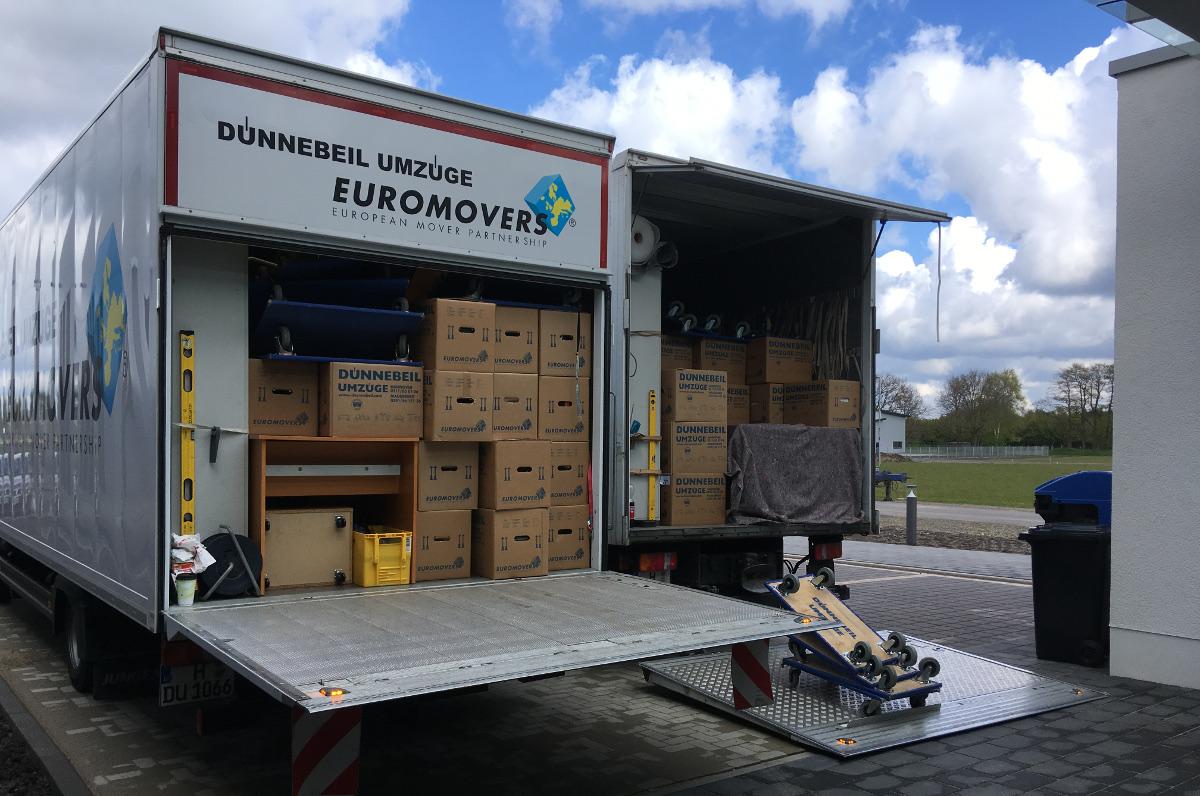 Umzugswagen mit Kartons