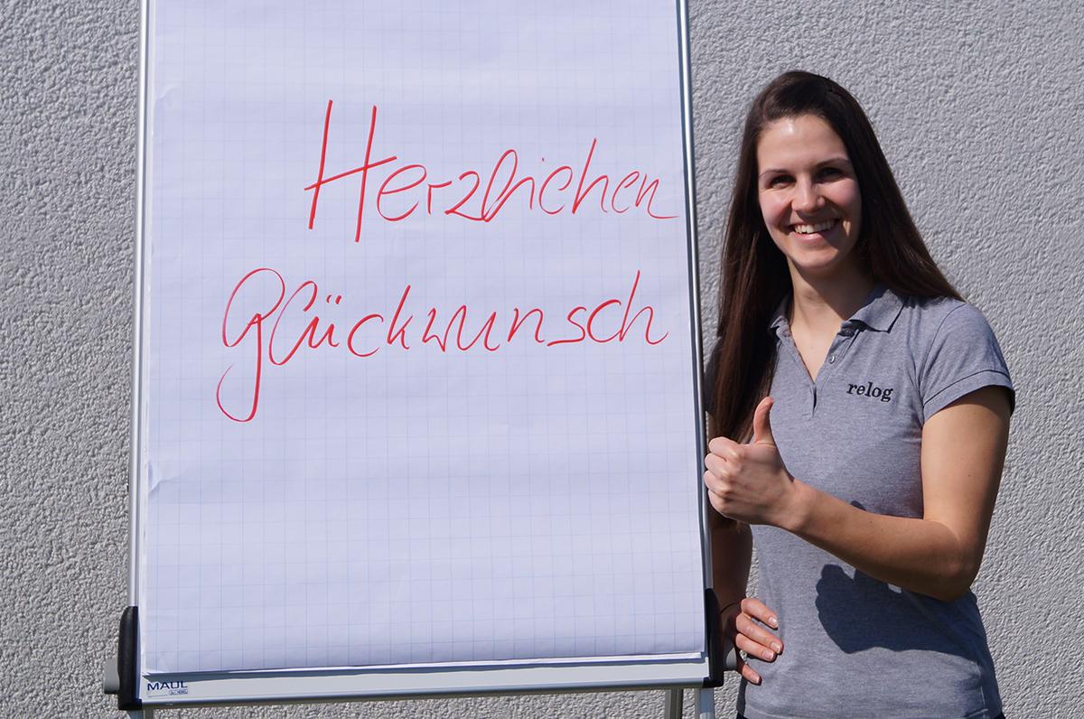 Katharina Busse gratuliert Seminarteilnehmern