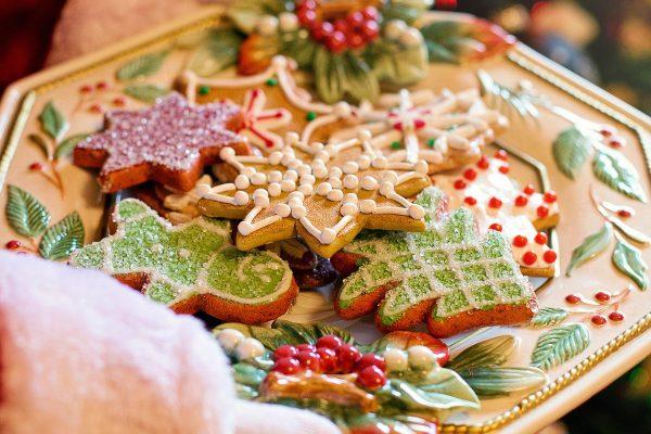 Bunte Kekse auf Teller