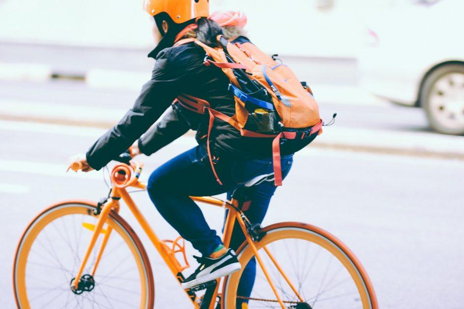 Radfahrer mit Rucksack